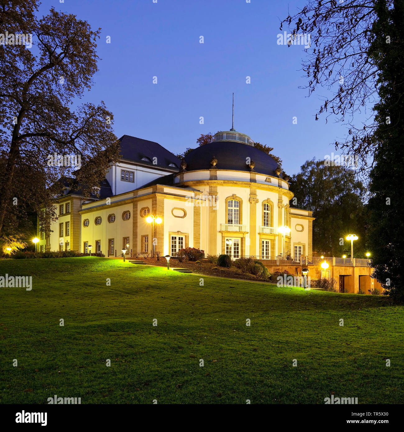 Teatro iluminado en el spa park en la hora azul, en Alemania, en Renania del Norte-Westfalia, Westfalia Oriental, Bad Oeynhausen Foto de stock