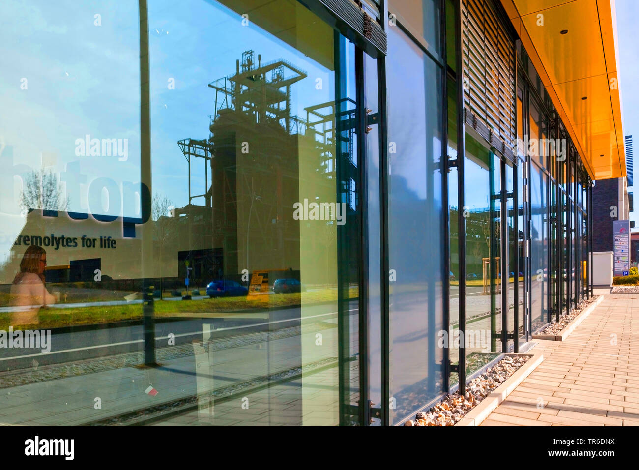 Industrieanlage Phoenix West spiegelt sich in den Glasscheiben der Firma bitop, Deutschland, Nordrhein-Westfalen, Ruhrgebiet, Dortmund | industrial pl Imagen De Stock