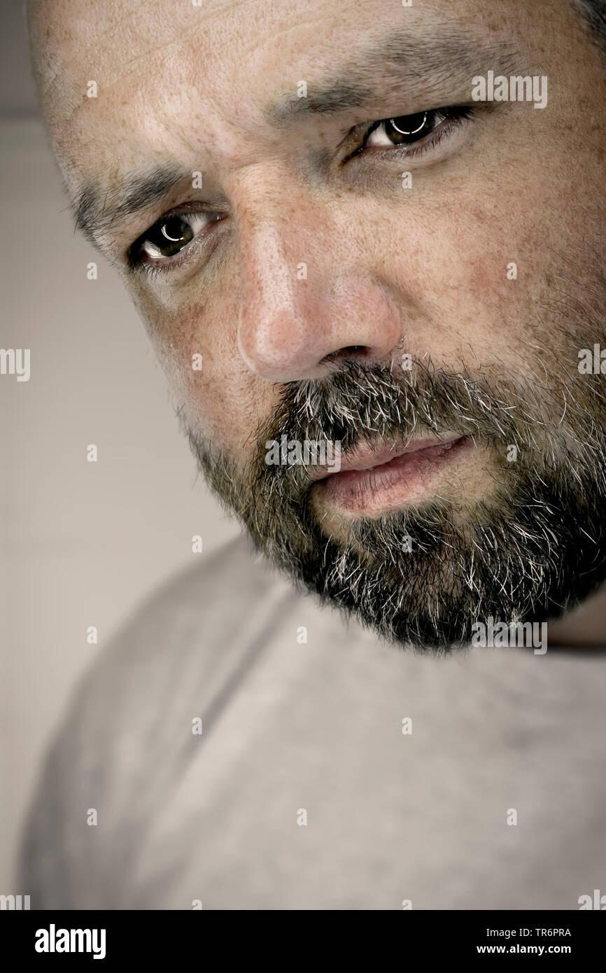Melancólico hombre con barba, Alemania Foto de stock