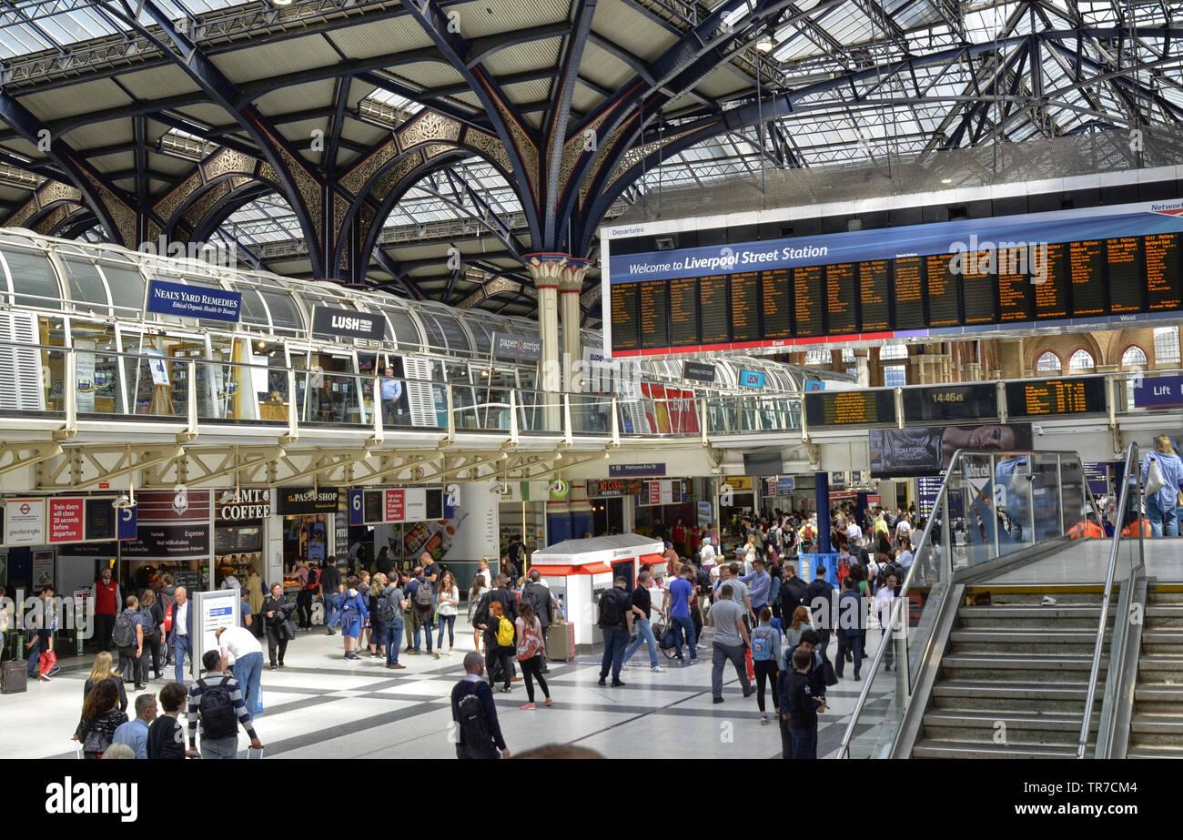 La estación de Liverpool Street, Londres, Reino Unido, 14 de junio de 2018. El hall principal de la estación, llenos de gente, la pantalla luminosa informativo boa Imagen De Stock