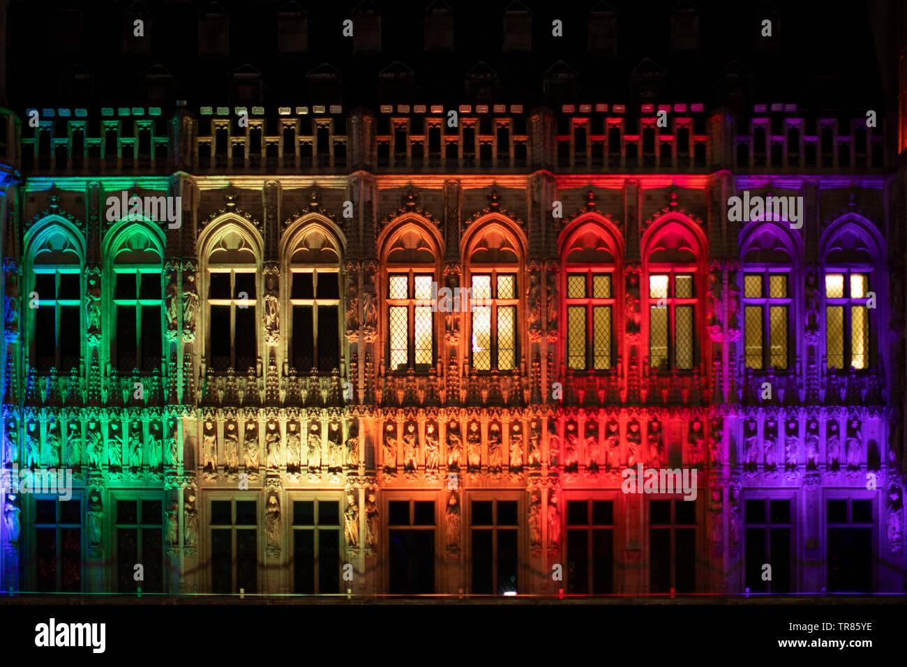 Gay Pride, Grand Place, los colores de la bandera gay con luces de colores Imagen De Stock