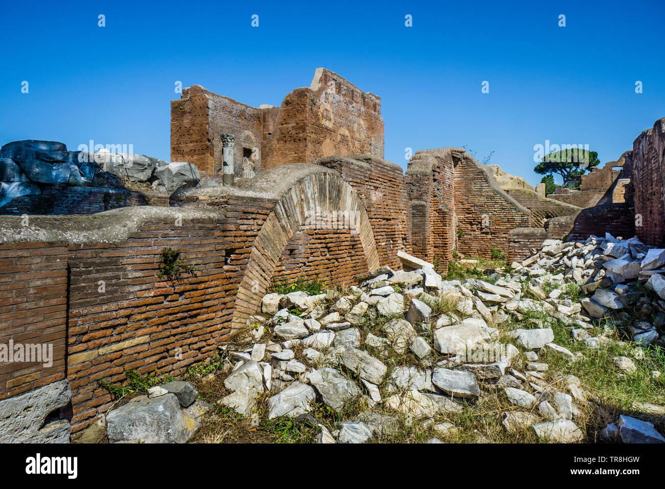 Vislumbrar el Capitolium desde las ruinas de la vecina Thermopolium en el sitio arqueológico del asentamiento romano de Ostia Antica, el ancie Foto de stock