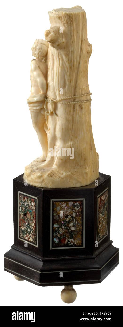 """Un alemán figura de marfil de San Sebastián, del siglo XVII, finamente tallados figura en tres dimensiones. El Barbudo santo vestido con un taparrabos anudadas, atado a un árbol enorme con sus manos detrás de su espalda. Dos heridas de flecha en la parte superior de su cuerpo, una más en el muslo izquierdo. Las flechas y dos ramas insertadas están desaparecidos. Montado sobre una base de madera hexagonales, desde el siglo XIX, el antiguo número de colección """"Colección todel' en la parte inferior. Sin base de altura de 11 cm, altura total 18,5 cm. histórico, histórico, artesanía, artesanía, artesanía, objetos, Additional-Rights-Clearance-Info-Not-Available Imagen De Stock"""