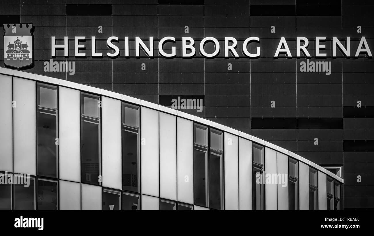 HELSINGBORG, SUECIA - 28 de mayo de 2019: Un blanco y negro fino arte fotografía del Helsingborg arena uno de los nuevos edificios de arquitectura moderna fou Foto de stock
