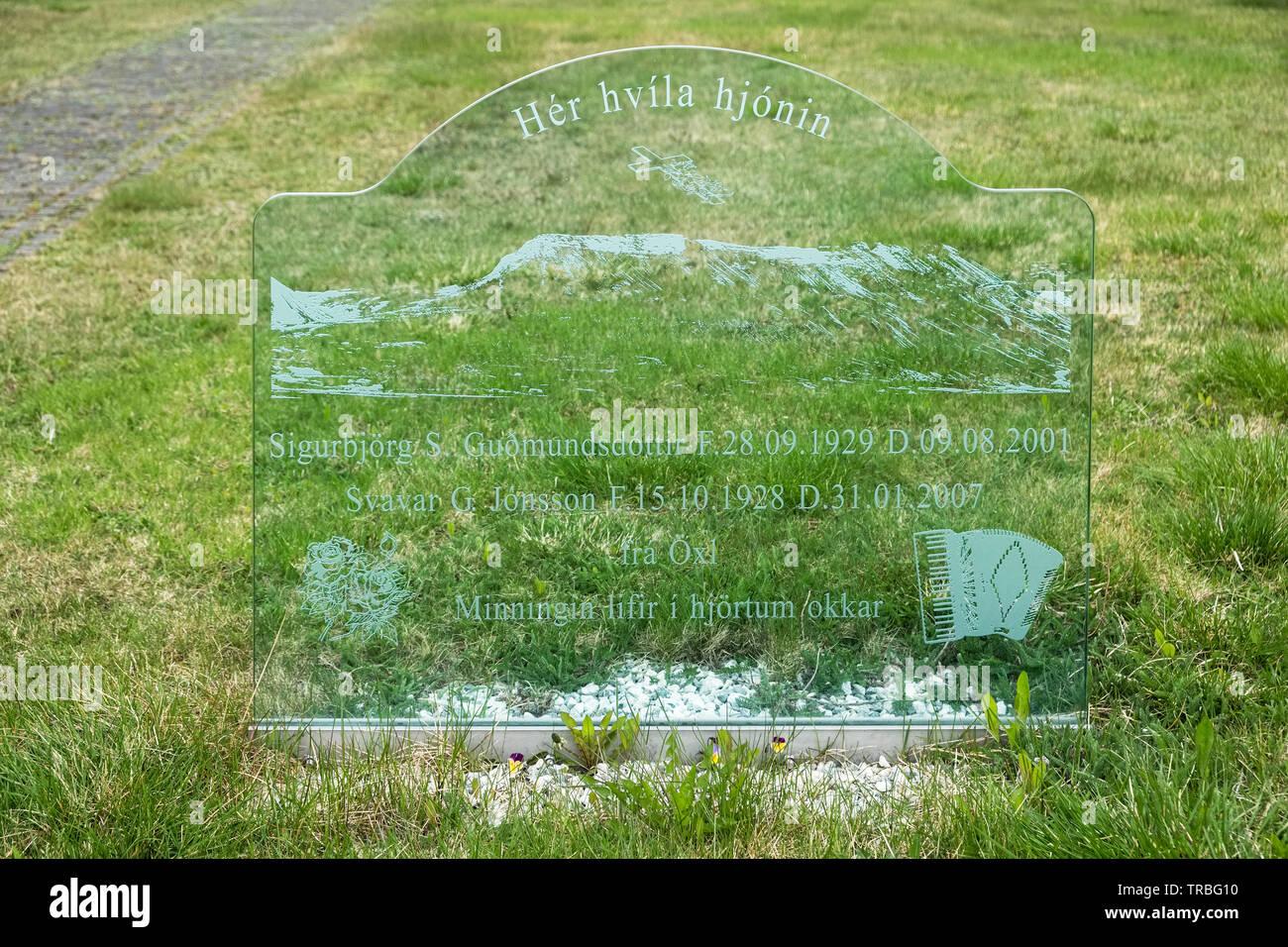 Una placa grabada en la lápida de vidrio, cerca de Blonduos Þingeyrakirkja Iglesia en el norte de Islandia Imagen De Stock