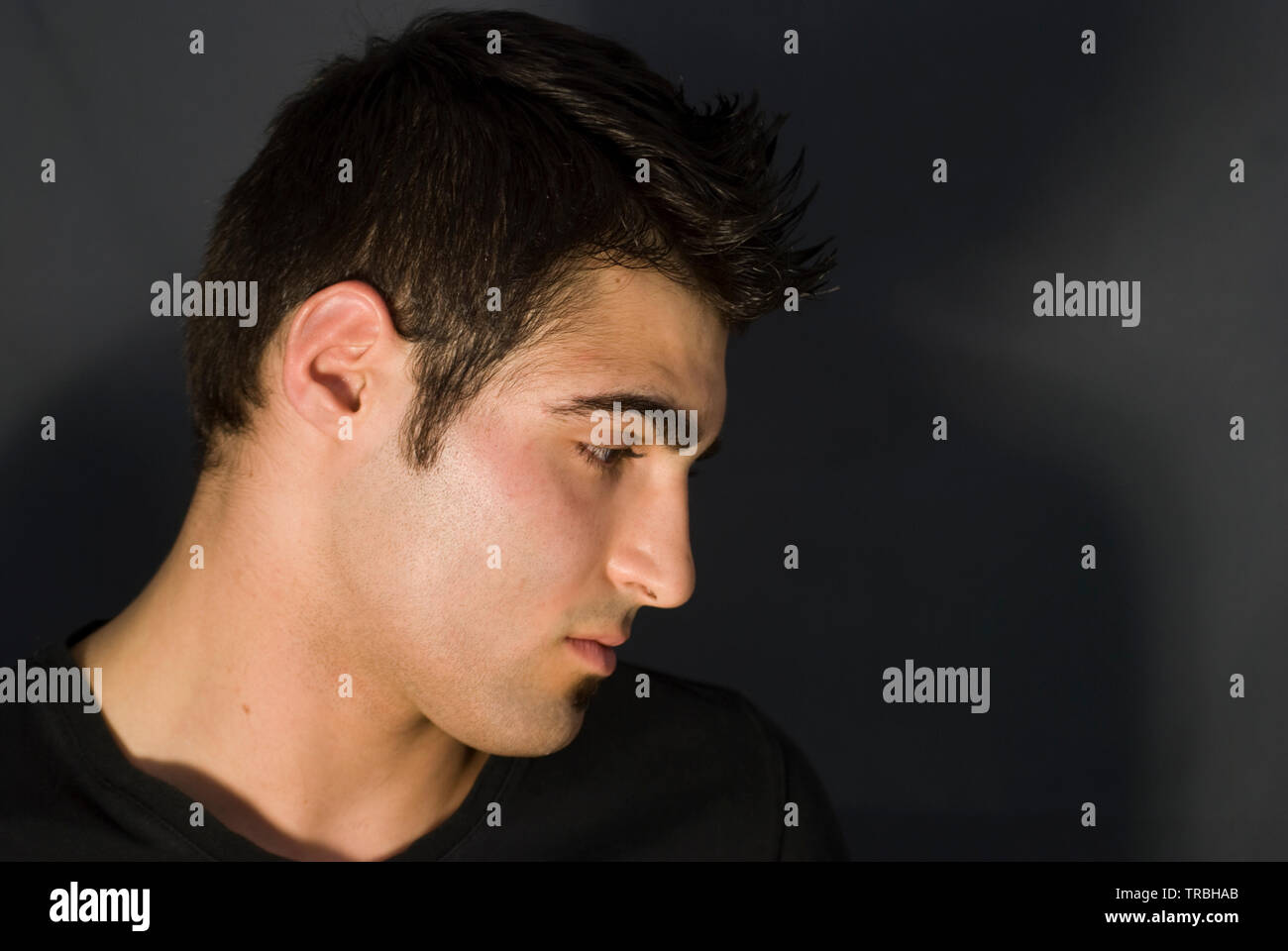 Retrato de perfil pf morena hombre. Foto de stock