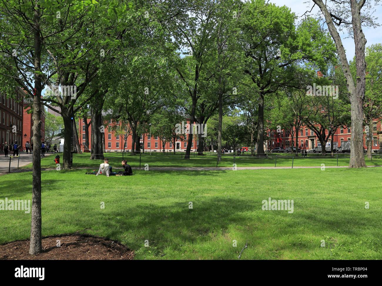 Cambridge, Massachusetts - El 22 de mayo de 2019: estudiantes y turistas descansando sobre el césped y caminar en el Harvard Yard, el centro histórico de la Har Imagen De Stock