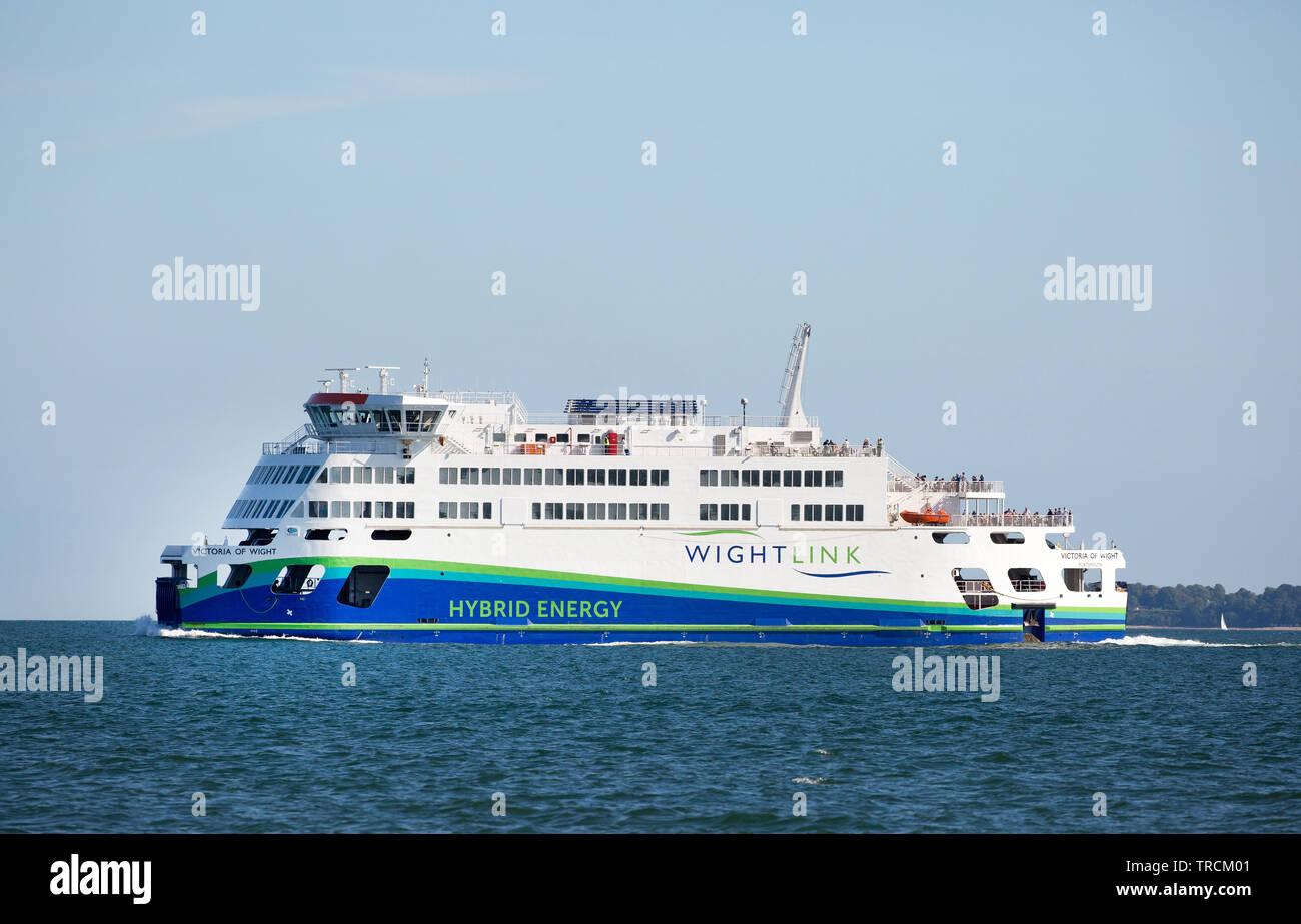 Victoria de Wight, el ferry desde Portsmouth-Fishbourne Wight Link, que utiliza la tecnología híbrida para hacerla más respetuosa con el medio ambiente Imagen De Stock
