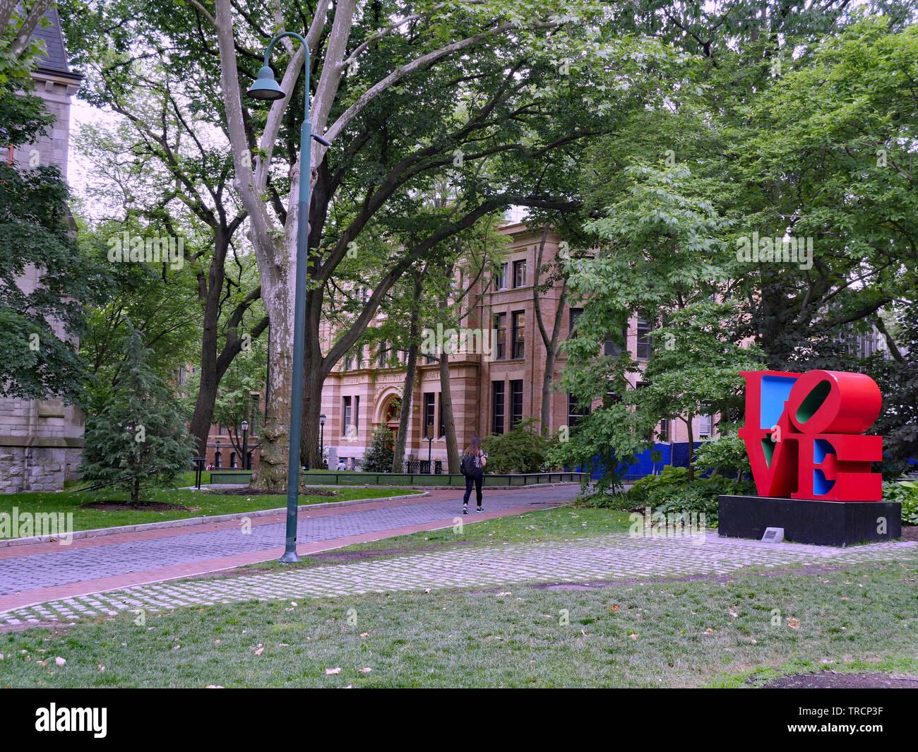PHILADELPHIA - Mayo 2019: Un estudiante paseos a la sombra del campus central de la Universidad de Pennsylvania, ha pasado de una reproducción de la famosa pop art LDV. Imagen De Stock