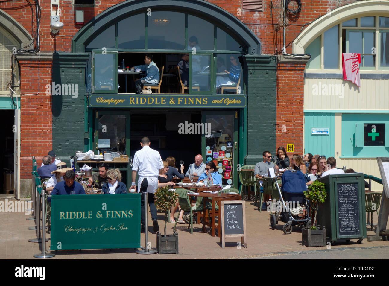 Riddle y finlandeses champán y Oyster Bar en Brighton Seafront. Foto de stock