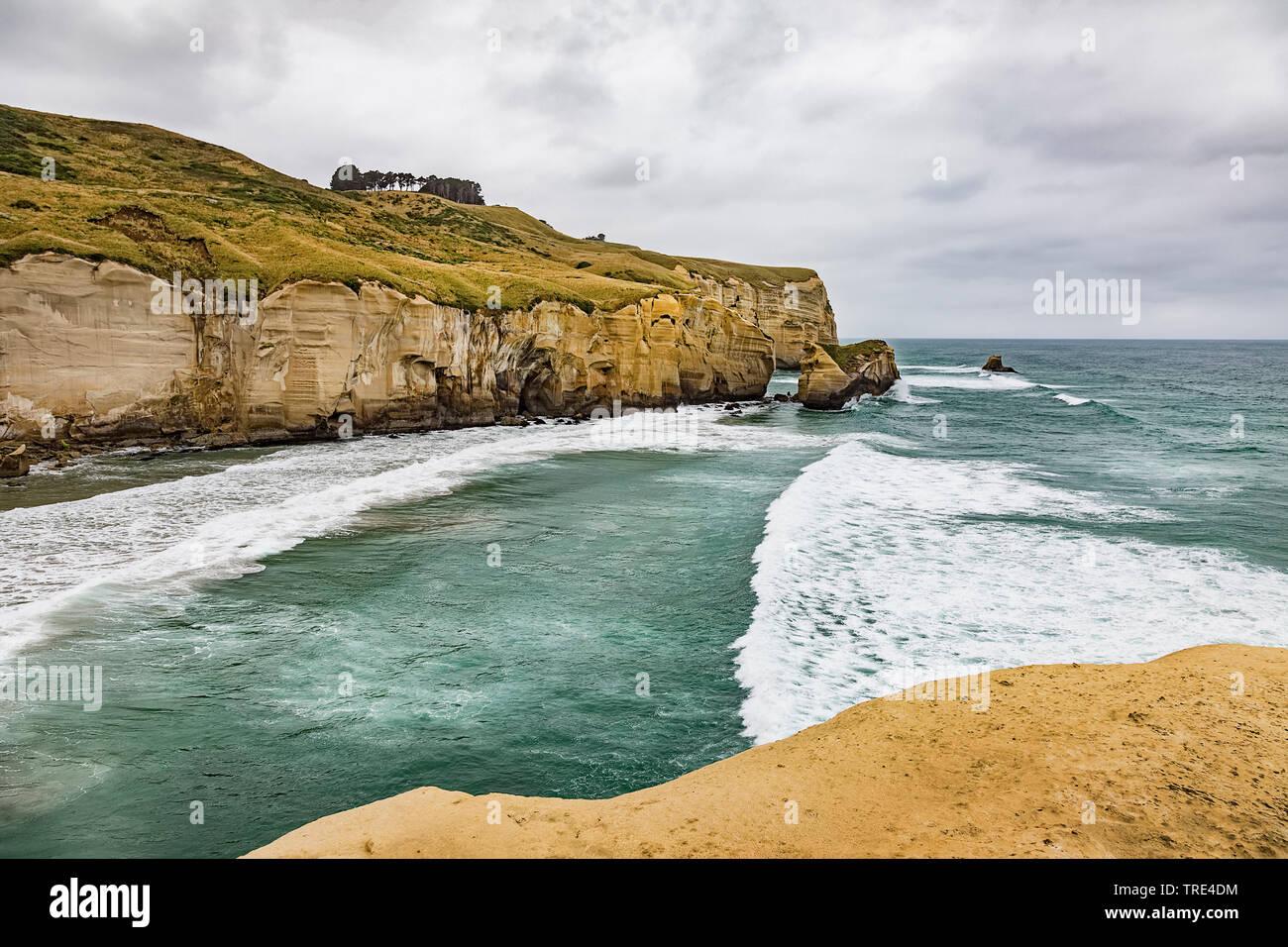 Los acantilados a la playa cercana de túnel de Dunedin, Nueva Zelanda, Otago, Dunedin Foto de stock