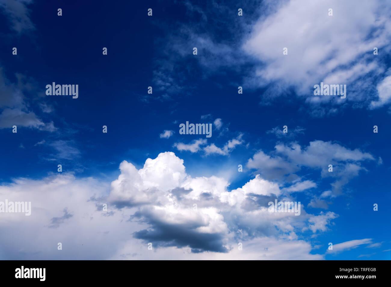 Maravilloso cielo con nubes como fondo. Sorprendente cloudscape mullidas sobre cielo azul como telón de fondo. Foto de stock
