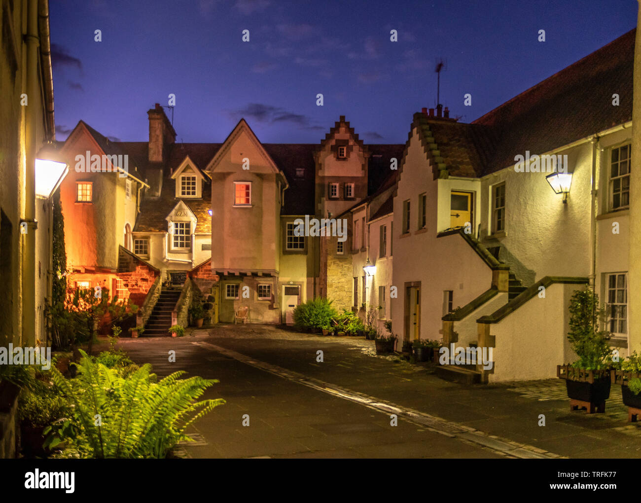 Whitehorse cerca al anochecer, Canongate, Royal Mile, Holyrood, Edimburgo. Imagen De Stock