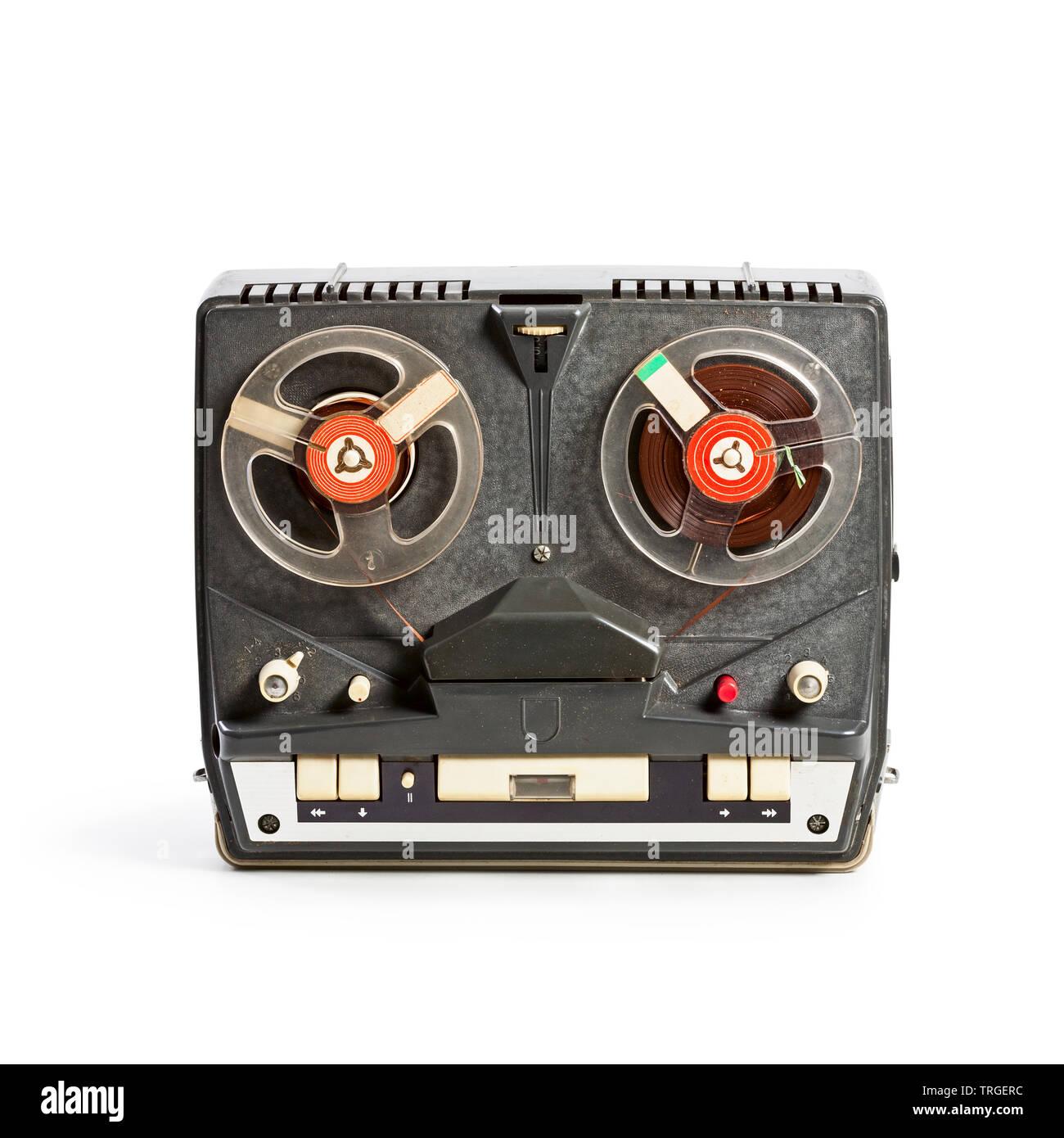 Vintage grabador portátil de audio con tambores. Único objeto aislado sobre fondo blanco con trazado de recorte. La tecnología retro Imagen De Stock