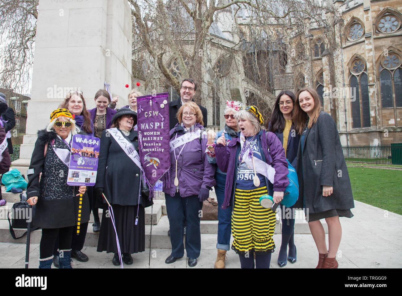 Londres, Reino Unido. 13 marzo, 2019. Chris Matterson trabajo MP, une en apoyo los manifestantes WASPI en College Green, Westminster. Las mujeres instan al Gobierno a proporcionar una indemnización para los millones de mujeres afectadas por el cambio. Foto de stock