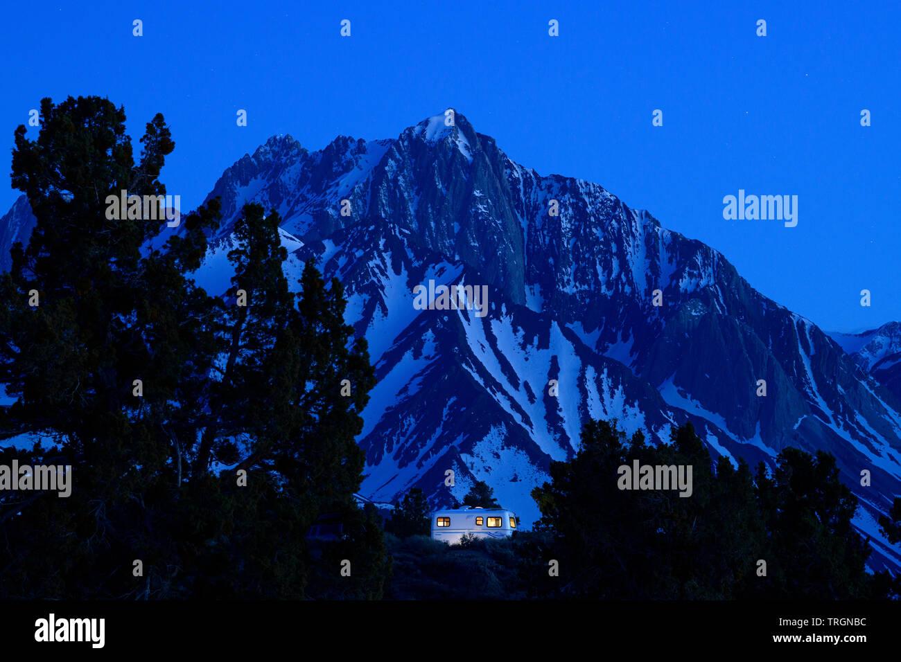 Trailer de escape en la parte oriental de Sierra cerca de Mammoth Lakes, California, en América del Norte. Foto de stock