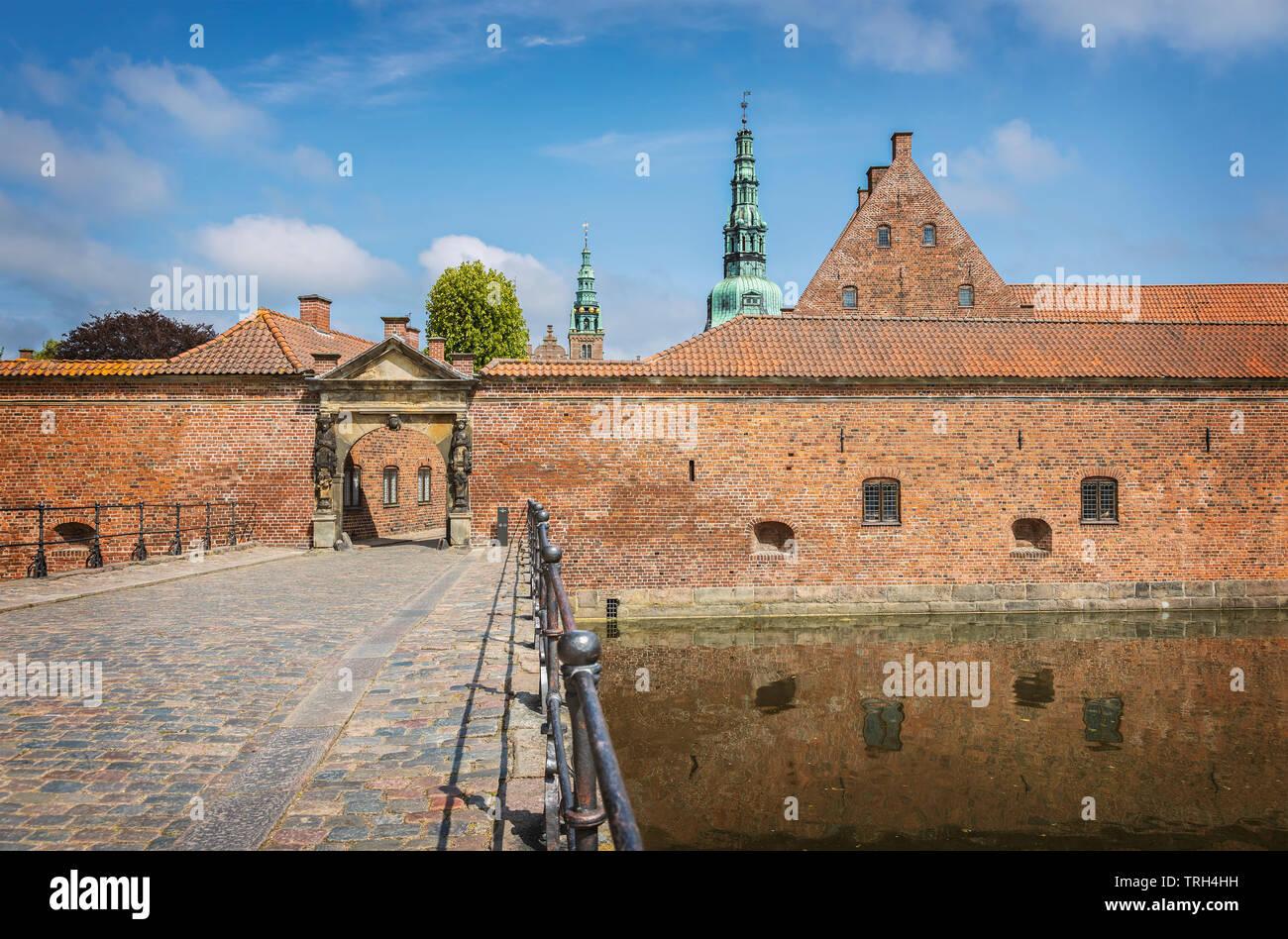 Exterior y la puerta de la famosa Royal castillo renacentista de Frederiksborg. Hillerod, Dinamarca. Foto de stock