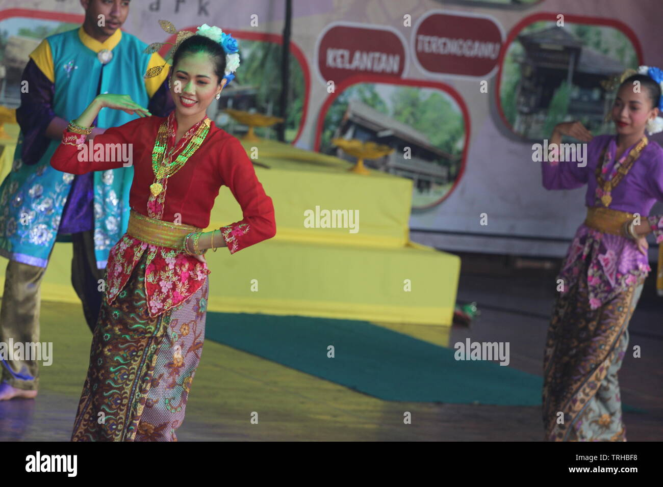 Baile tradicional en la ciudad de Malaca por bailarines locales, hombres y mujeres, Melaka, Malasia. Foto de stock