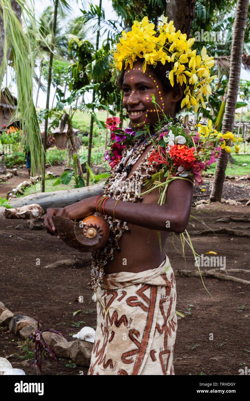 Chica en traje de tapas tradicionales, Tufi, Oro, provincia de Papúa Nueva Guinea Imagen De Stock