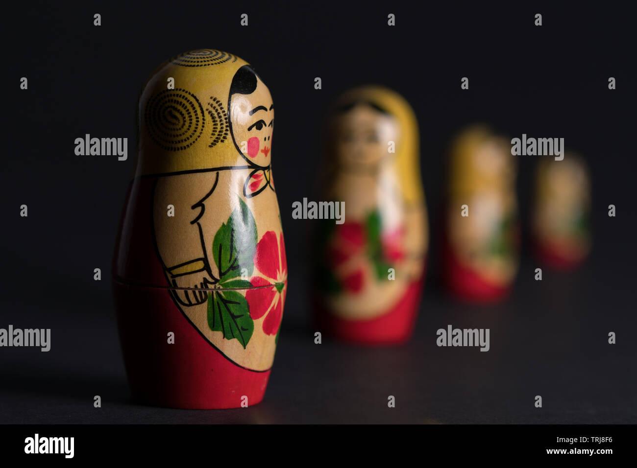 Cuatro ruso muñecas anidadas en formación permanente con tres de ellos siendo borrosa. Foto de stock