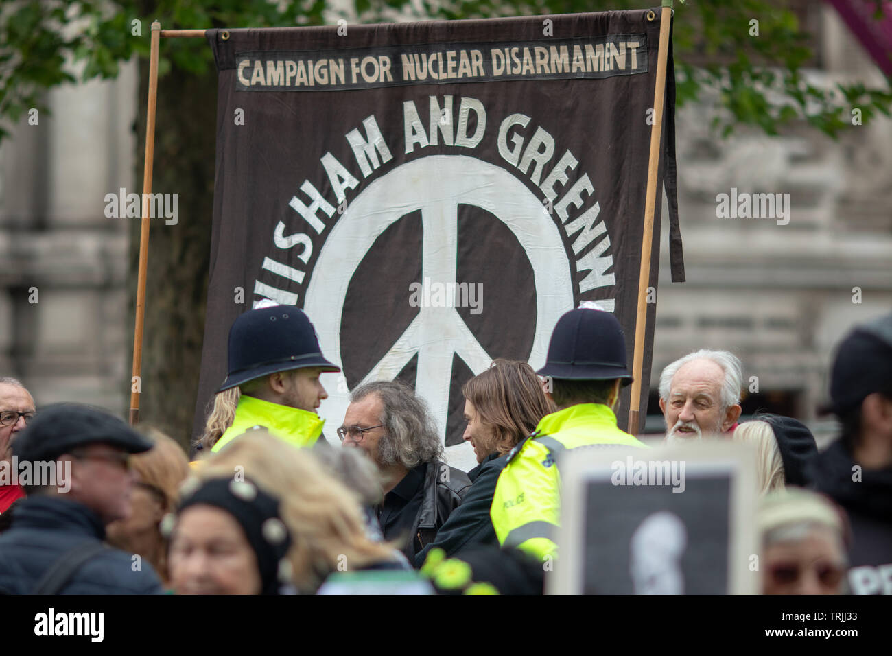 Londres, 3 de mayo, 2019 - multitudes celebración CND signos antinuclear en el centro de Londres para protestar contra un servicio naval que se celebró en La Abadía de Westminster Imagen De Stock