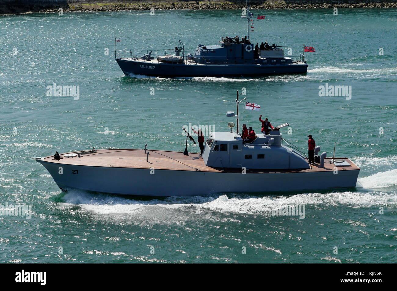 AJAXNETPHOTO. 3ro de junio, 2019. PORTSMOUTH, Inglaterra. - Se restaura WARHORSE jefes - los 63ft EX MA/SB 27 (motor anti submarino Barco) originalmente encargado en la Royal Navy en 1941, es la última adición a la Base Naval de Portsmouth (PNBPT LANCHA TRUST) tras tres años de restauración a la configuración en tiempo de guerra por D-Day REVISITED la caridad. Visto aquí Outward Bound a Normandía como parte de la 75ª flotilla de aniversario del Día-D en compañía con el restaurado HDML 1387 (PUERTO DE LANZAMIENTO DEL MOTOR DE DEFENSA) MEDUSA (superior). Foto;JONATHAN EASTLAND/AJAX REF; GX8_190306_352 Imagen De Stock