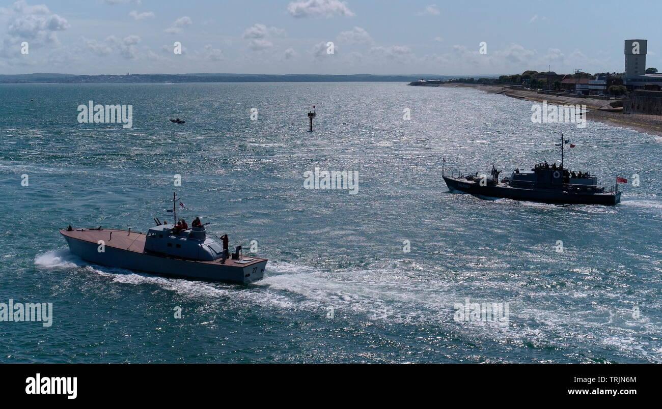 AJAXNETPHOTO. 3ro de junio, 2019. PORTSMOUTH, Inglaterra. - Se restaura WARHORSE jefes - los 63ft EX MA/SB 27 (motor anti submarino Barco) originalmente encargado en la Royal Navy en 1941 (el más cercano a la cámara), es la última adición a la Base Naval de Portsmouth (PNBPT LANCHA TRUST) tras tres años de restauración a la configuración en tiempo de guerra por D-Day REVISITED la caridad. Visto aquí Outward Bound a Normandía como parte de la 75ª flotilla de aniversario del Día-D en compañía con el restaurado HDML 1387 (PUERTO DE LANZAMIENTO DEL MOTOR DE DEFENSA) MEDUSA (superior). Foto;JONATHAN EASTLAND/AJAX REF; GXR190306_7895 Imagen De Stock