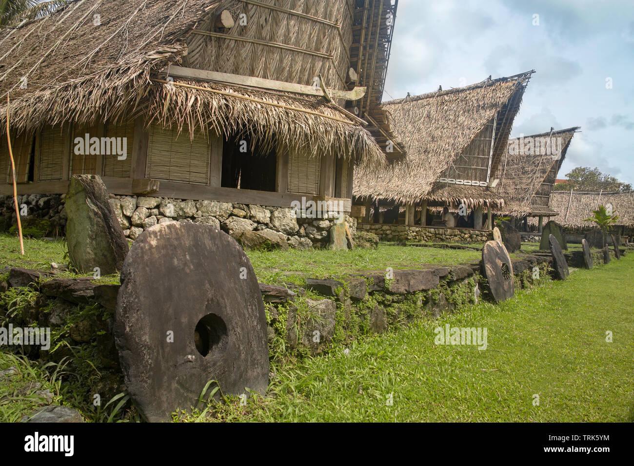 Una tradicional casa de mens para reuniones y ceremonias culturales en Colonia en la isla de Yap, Micronesia. Foto de stock