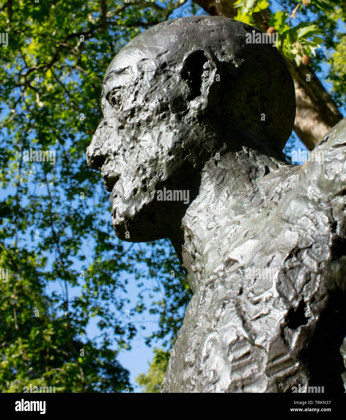 La escultura de bronce de 1986 Running Man (Front Runner) de nosotros colección privada. en St James's Square, Londres 2019 antes de la subasta de Christie's Foto de stock