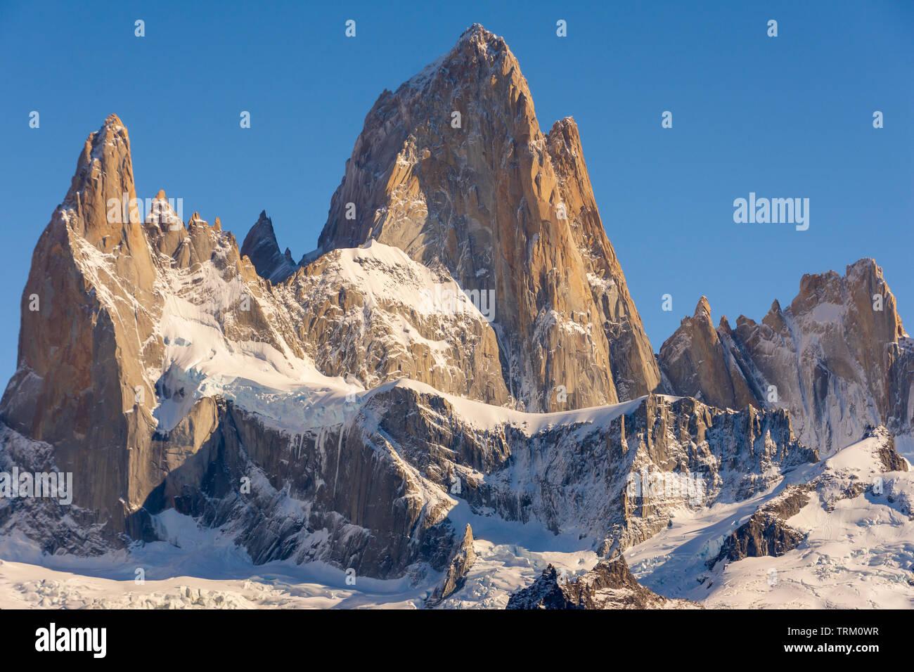 Una vista del Cerro Fitz Roy, en las afueras de la localidad de El Chaltén, en la región de la Patagonia Argentina. Foto de stock