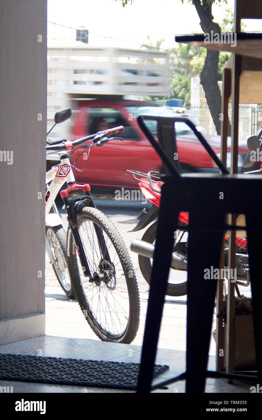 Los porteños mas comúnmente utilizados en la vida diaria en todo el mund. Los medios de transporte más utilizados en la vida cotidiana de todo el mundo. Imagen De Stock