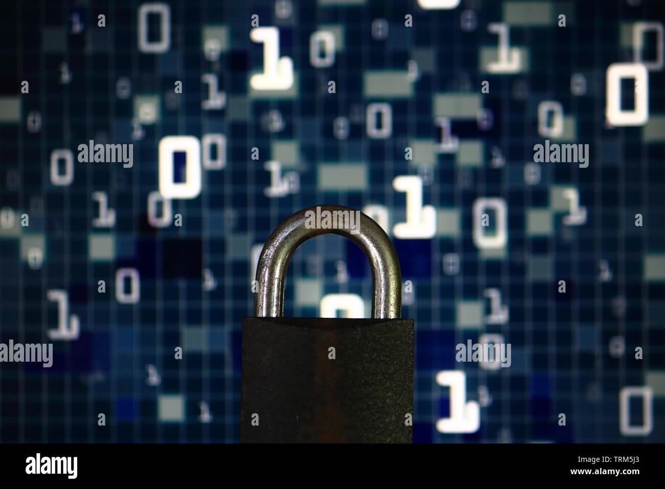 Lenguaje binario matrix ser borrosa ocultar un candado de hierro. signo de protección de la privacidad del equipo. equipo de seguridad y el entorno de internet. Imagen De Stock