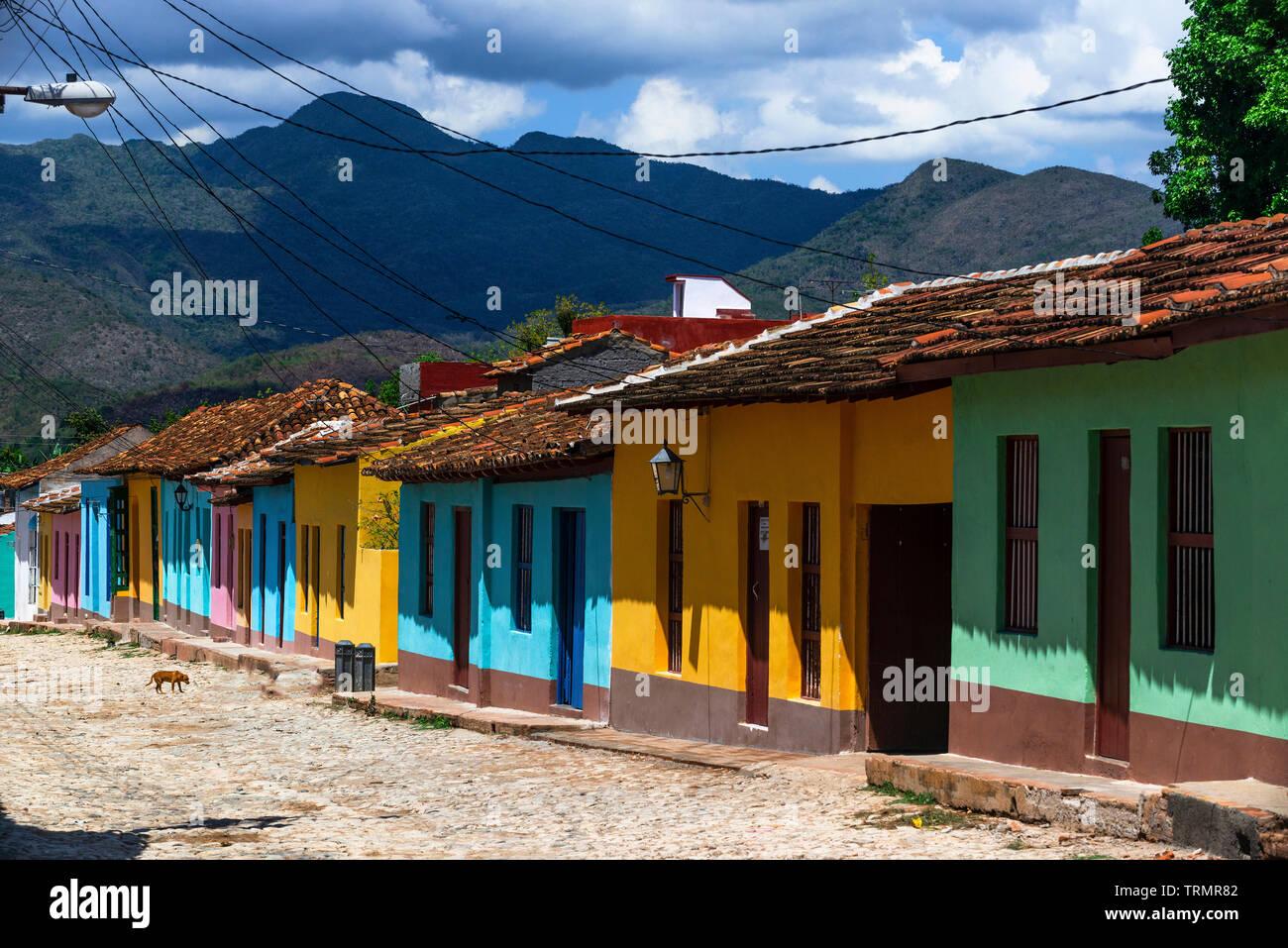 Coloridas casas en la antigua ciudad colonial de Trinidad, un sitio del Patrimonio Mundial de la UNESCO, en la provincia de Sancti Spíritus, Cuba, El Caribe Foto de stock