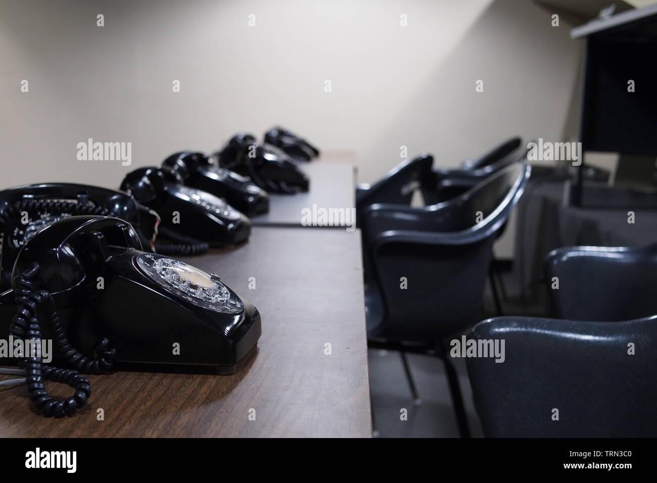 Una fila de teléfonos giratorio negro en el Centro de Situación de la Diefenbunker, Canadá es el Museo de la guerra fría, carpa, Ontario, Canadá. Imagen De Stock