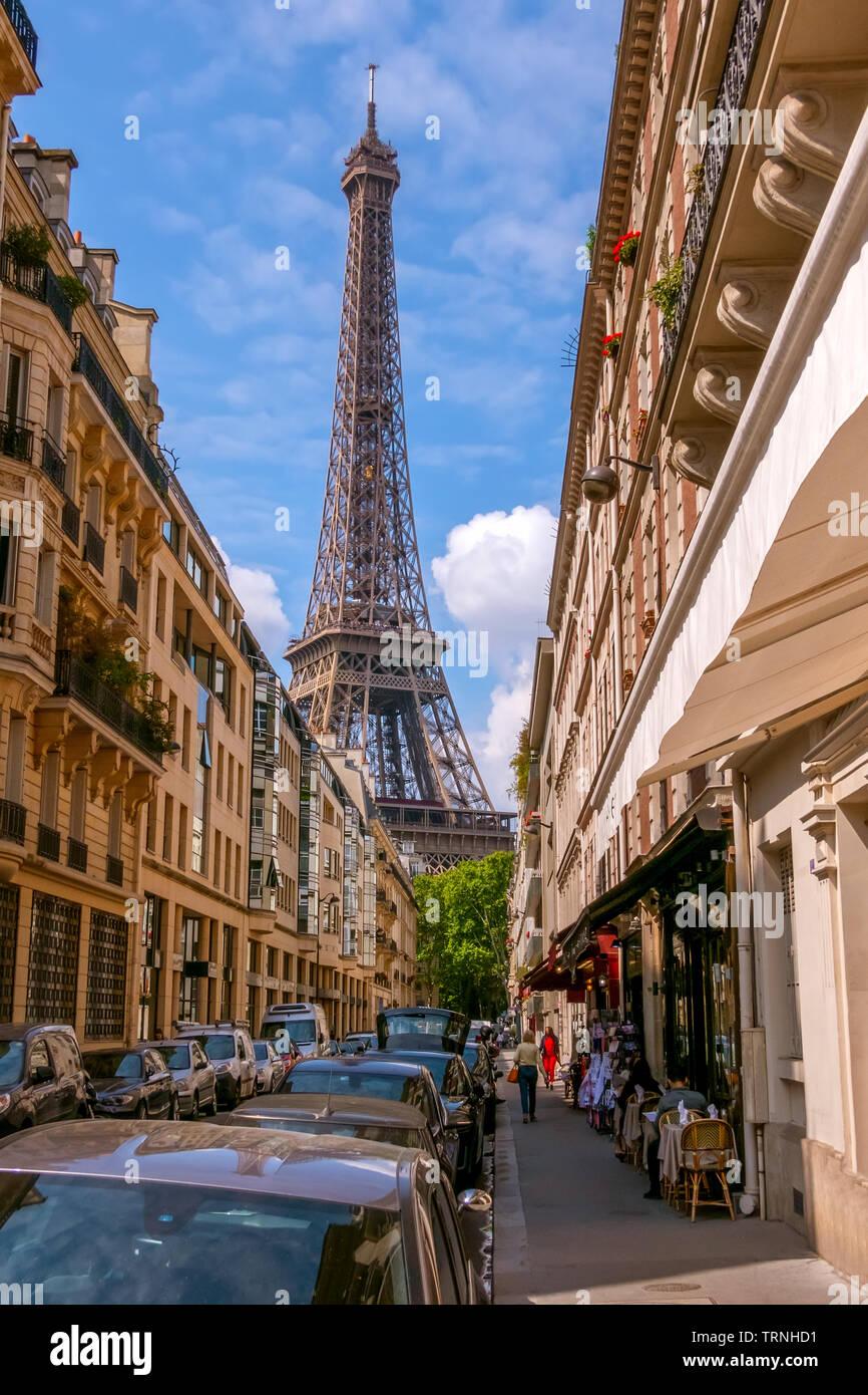 Francia. París. Estrechas calles de la ciudad en verano clima soleado. La Torre Eiffel Foto de stock