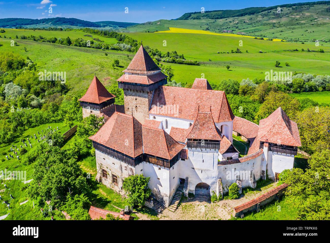 Viscri, Brasov. Iglesia fortificada en Transilvania, Rumania. Foto de stock