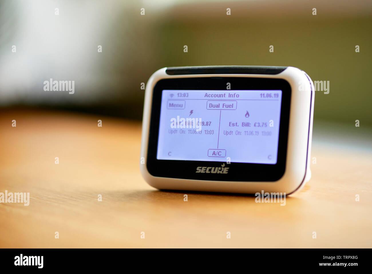 Medidor inteligente en el archivador que muestra las lecturas de energía Imagen De Stock
