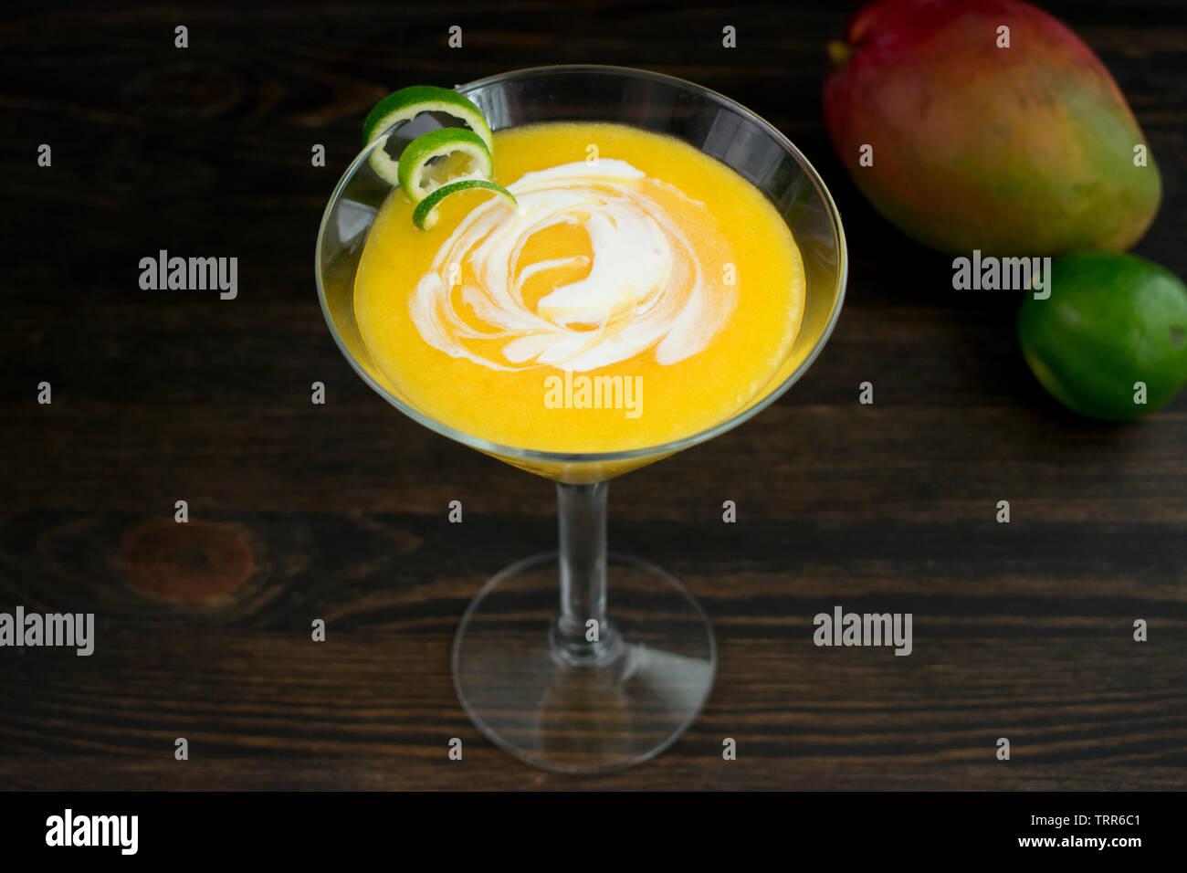 Mango Daiquiri de Coco con un twist de cal Foto de stock