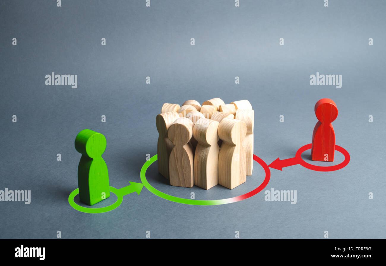Rojo y verde cifras de personas que influyen en la multitud. La presión, la influencia en la opinión pública, de comunicar, de punto de vista, el control de la mente. Controlar los medios, Imagen De Stock