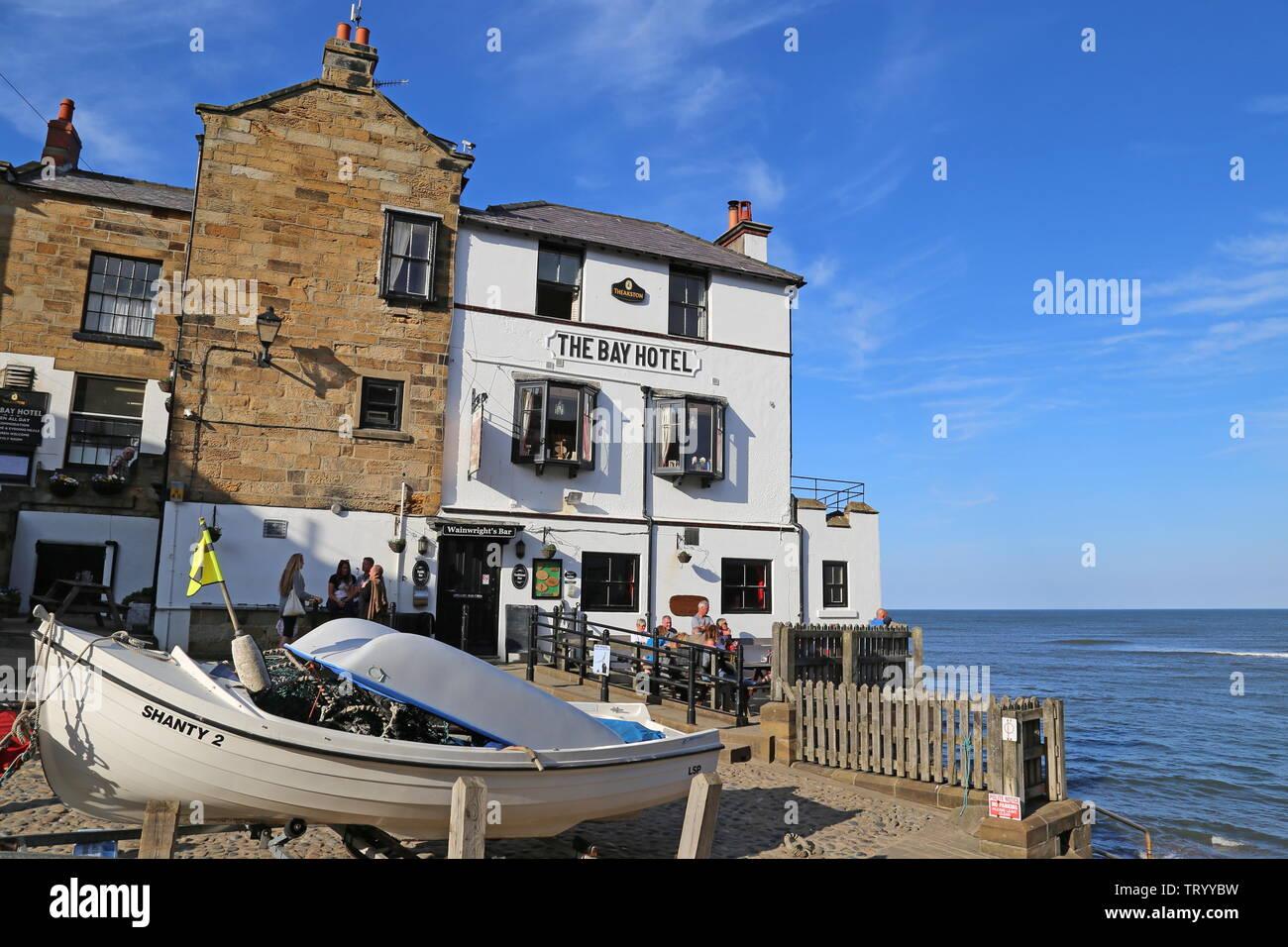 Bay Hotel, el muelle, la Bahía de Robin Hood, Municipio de Scarborough, North Yorkshire, Inglaterra, Gran Bretaña, Reino Unido, UK, Europa Foto de stock