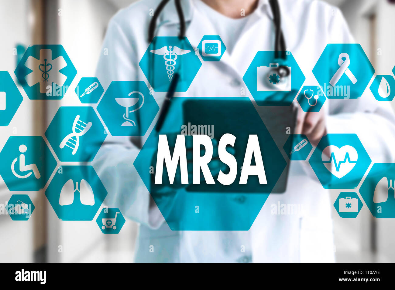 Doctor en medicina con estetoscopio y palabra MRSA ,Methicillin-Resistant Staphylococcus aureus en conexión de red médica sobre la pantalla virtual en hosp Foto de stock