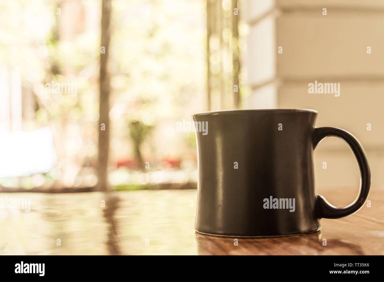 Primer plano de la imagen de una taza de capuchino, moca, latte, Americana, espresso café caliente aroma para el fondo de la tabla de madera de estilo rústico en la cafetería con un telón de fondo o Foto de stock