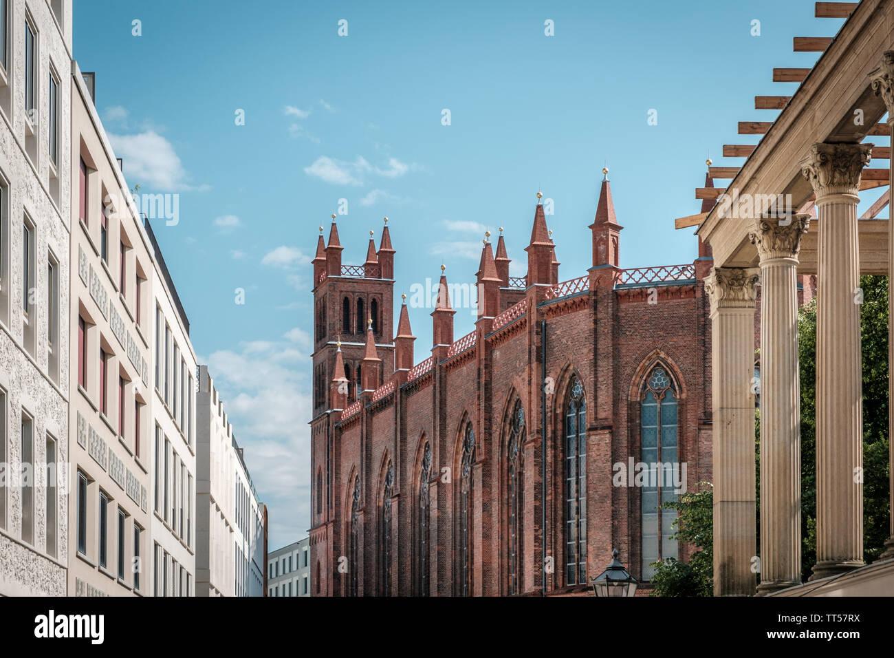 La arquitectura histórica, la iglesia y los edificios modernos, inmobiliaria en Berlín, Mitte Foto de stock