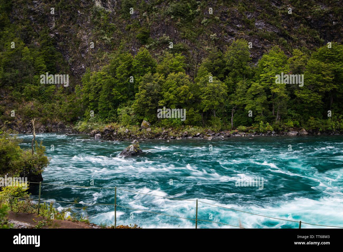 Las aguas turquesas del río Petrohue en la región patagónica de la Cordillera de Los Andes, en Chile; en su origen son los Saltos de Petrohué. Foto de stock