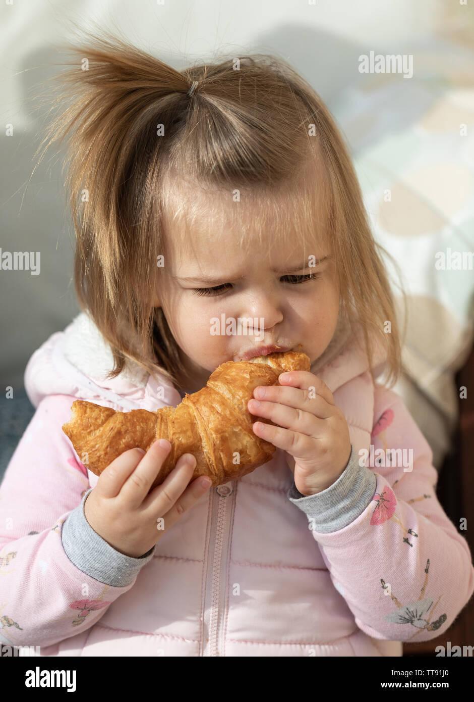 Hilo para dar los buenos días - Página 8 Hermosa-nina-comiendo-el-croissant-en-el-cafe-la-hora-del-desayuno-tt91j0