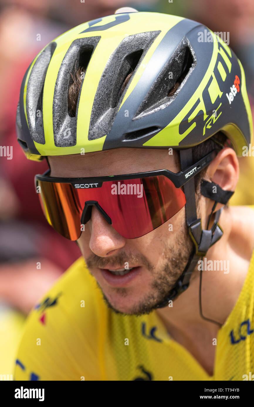 Adam Yates el ciclista británico del Equipo de Ciclismo - Mitchelton Scott en el Critérium du Dauphiné 2019 en líder Jesey amarillo Foto de stock