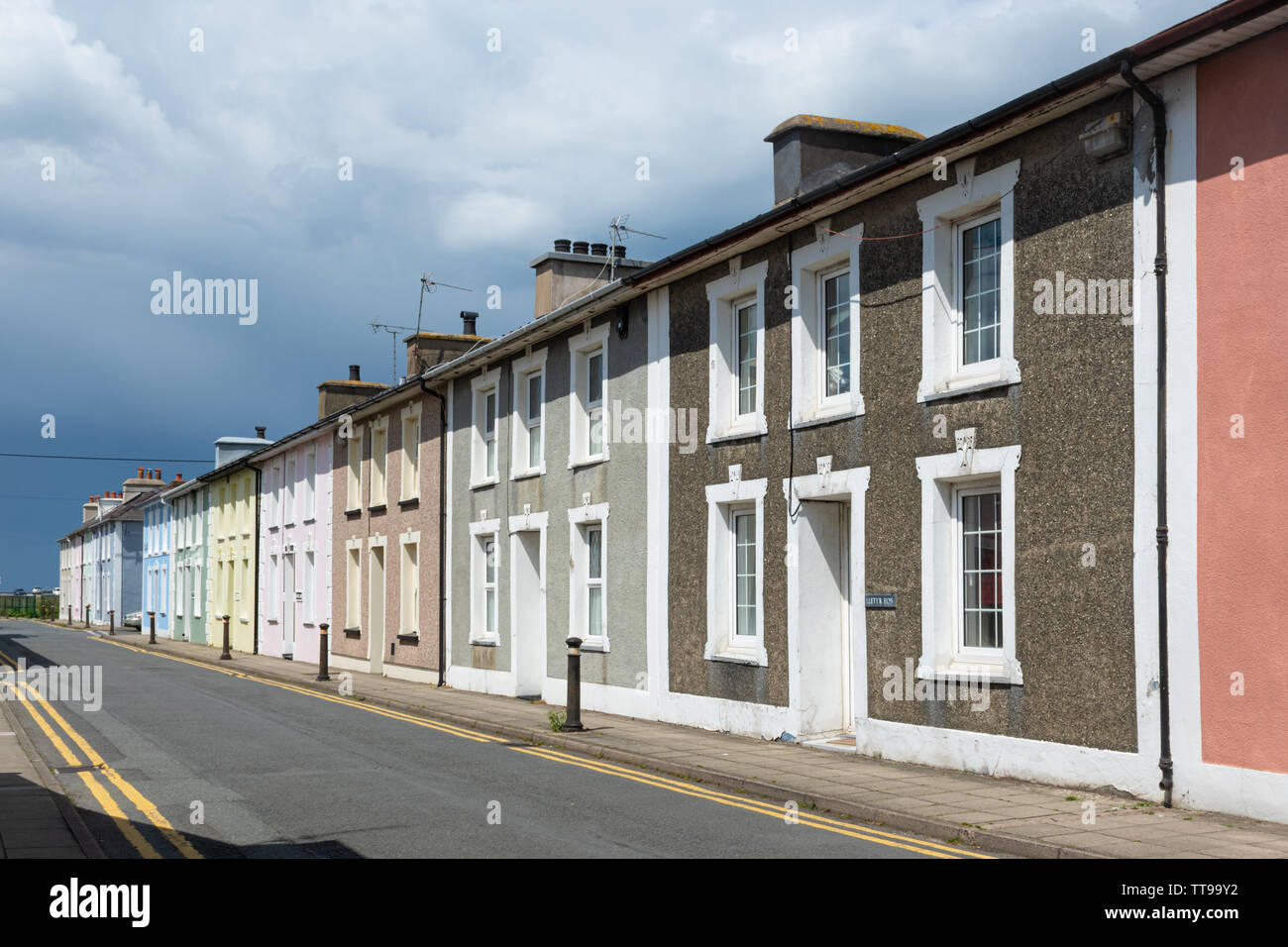 La pintoresca ciudad georgiana de Aberaeron Cardigan Bay en la costa en Ceredigion, Gales, Reino Unido, con casas pintadas de colores brillantes. Imagen De Stock
