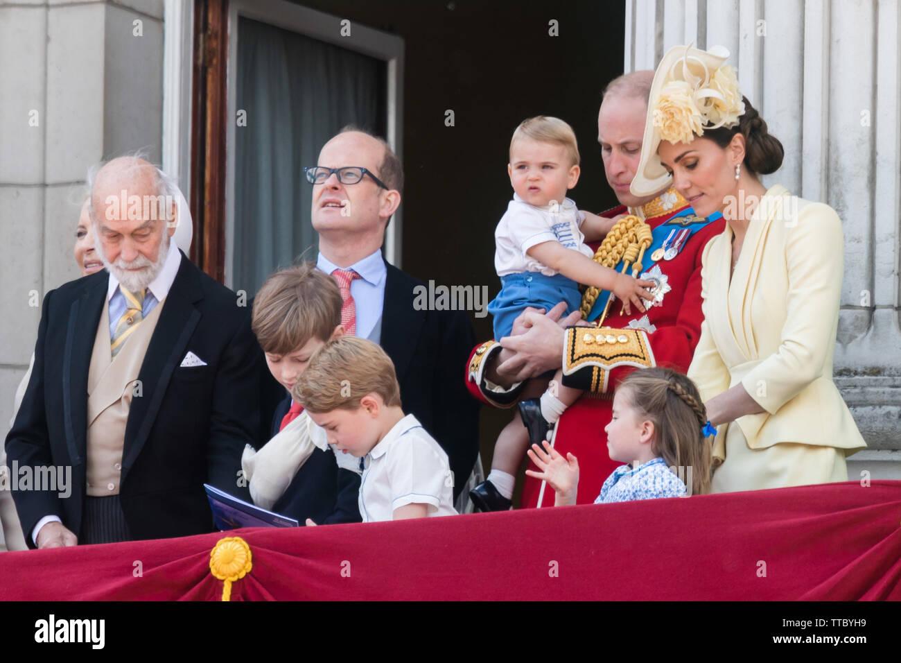 5 años de Prince George Cambridge agarra la RAF flypast folleto desde el Príncipe Michael de Kent's manos.El Palacio de Buckingham balcón, Trooping el Color Foto de stock