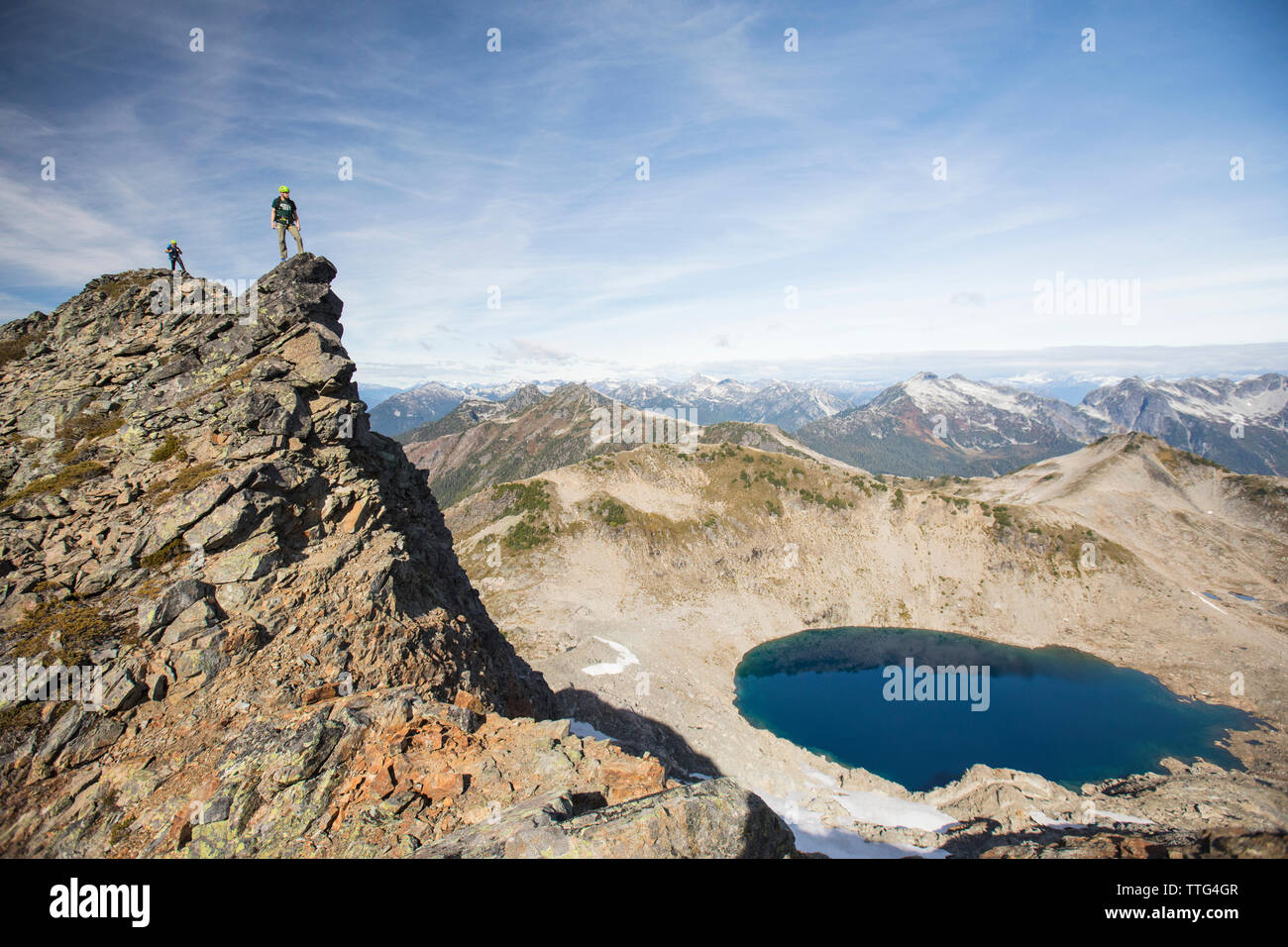Alpinistas en la cumbre del Pico de Douglas, British Columbia. Foto de stock