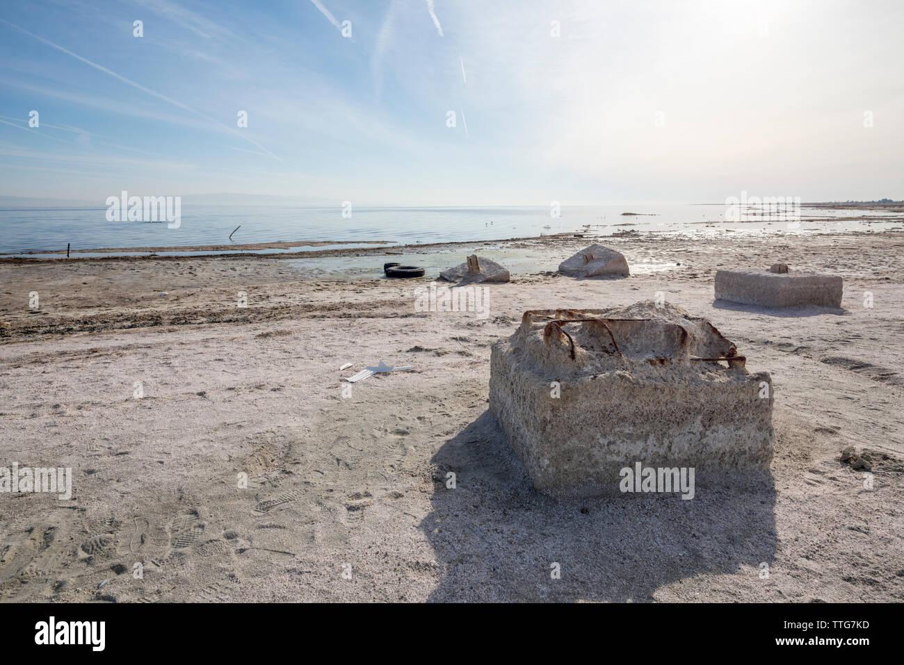 Estructuras de hormigón en la playa de Mar de Salton. Foto de stock